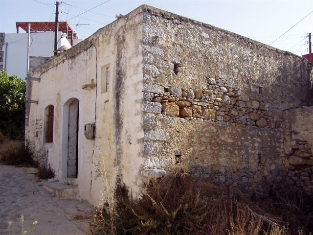 Cretan house with arch and fireplace for sale