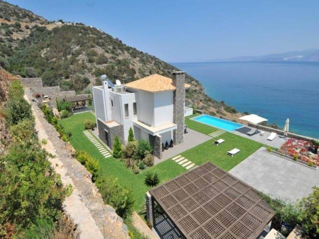 Luxury villa with pool  for rent offers breathtaaking sea views
